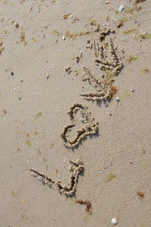 Kelime aşk sahil kum üzerine yazılmış
