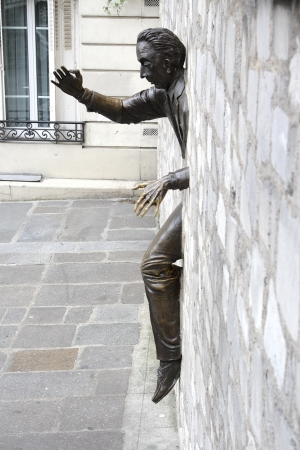 Statue of the got stuck person in a wall on Montmartre Reklamní fotografie - 16771430