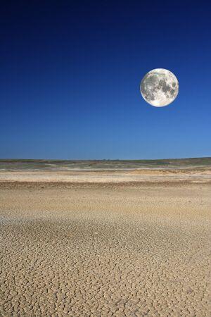 Mud Volcano auf der Krim aganist Himmel und Mond