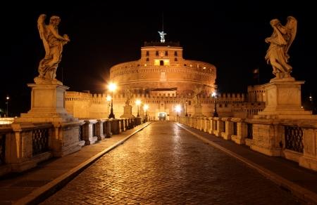 Geceleri Köprüsü'nden St.Angelo bir katedral görünümü. Stock Photo