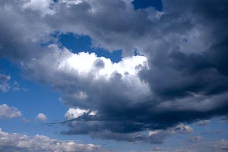Clouds Baden in Sonnenstrahlen in den blauen Himmel Lizenzfreie Bilder