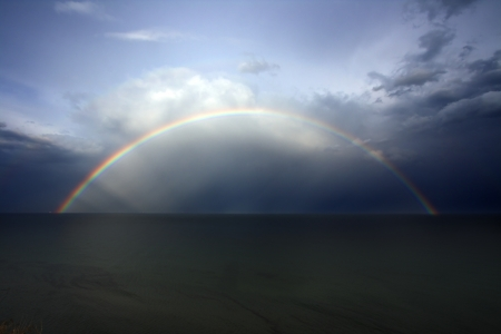 Rainbow on seacoast after a summer thunder-storm Standard-Bild