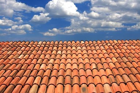 Mavi gökyüzü karşı modern kiremit çatı Stock Photo