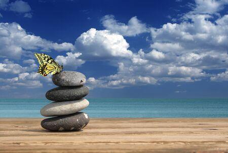 sencillez: Spa piedras contra el cielo azul
