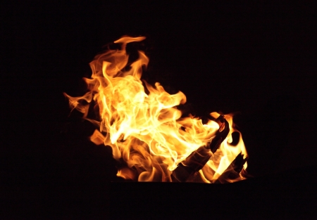 Fiery Flammen auf einem schwarzen Hintergrund Lizenzfreie Bilder