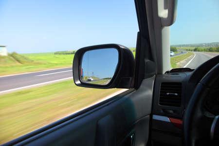 reflexion: Reflexi�n en un espejo de alta velocidad de movimiento de los coches