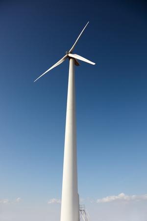 Windkraft-Generator am blauen Himmel Lizenzfreie Bilder