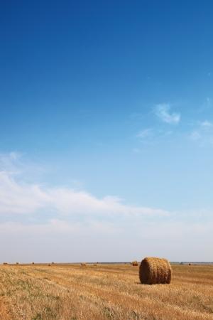 Haystack nach der Ernte gegen den blauen Himmel