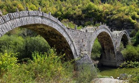 Vikos kanyonun Old Kalogeriko üçlü kemerli taş köprü, Zagorohoria, Yunanistan