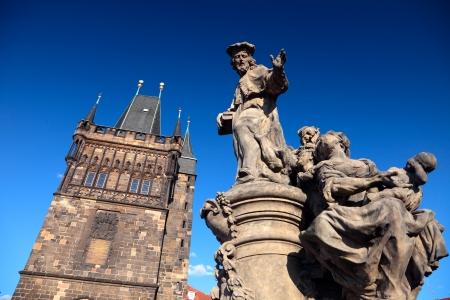 Turm und die Statue an der Karlsbrücke in Prag, Tschechische Republik Editorial