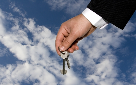 Hand des Mannes und Schlüssel