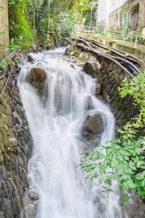 熱海の繁華街に流れる水