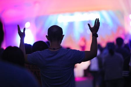 Christliches Musikkonzert mit erhobener Hand Standard-Bild - 80935741