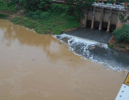 desague: drenar el agua de mezcla con el río