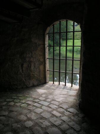 middeleeuwse gevangenis zoekt via bars Stockfoto