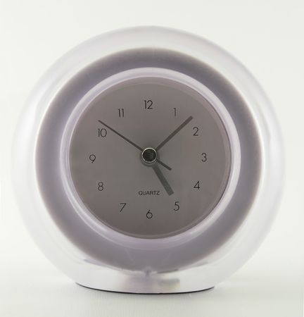 a diffuse analog alarm clock set to just before 5 PM 版權商用圖片