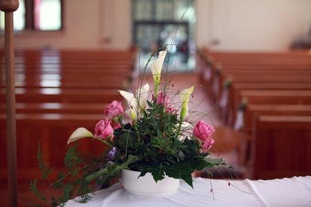 Sehr schönes Blumengesteck auf dem Altar in der Kirche vor der Hochzeit.