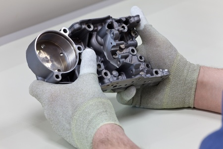 A Employee introduces through a visual inspection the gear housing parts