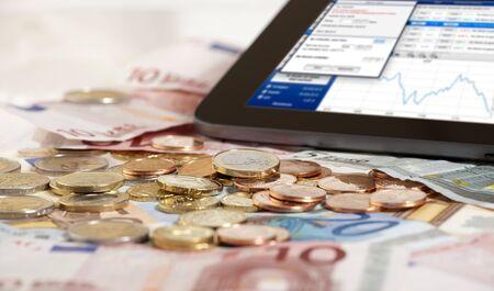 retained: Stock �ndice en Tablet PC con monedas y billetes de euro