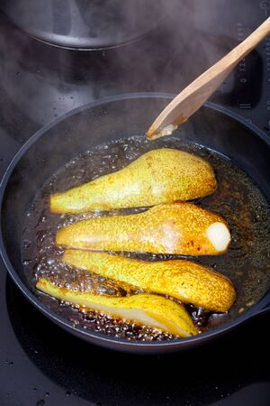 to stir up: Pears are caramelized in a pan on the stove with sugar