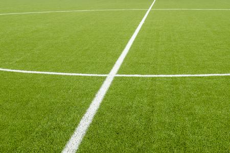 De witte lijn markering op het kunstmatige groene gras voetbalveld Stockfoto
