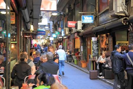 멜버른 호주 - 8월 31,2013, 유명한 Degraves 거리 멜버른 도심 호주에 야외 식사를 즐기는 지역 주민과 관광