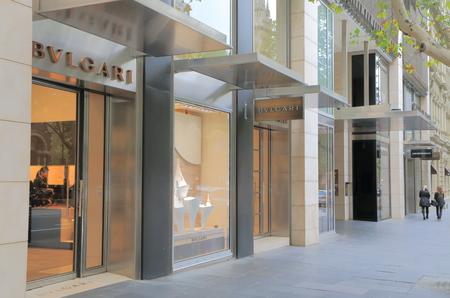 luxury goods: MELBOURNE AUSTRALIA - 26 de abril 2014 zona comercial de la calle Collins Collins Street alberga muchas tiendas especializadas de productos de lujo y accesorios de moda