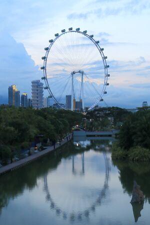 reflection water: Singapore, Singapore - 28 MAGGIO 2014 Iconic Singapore Flyer e Giardini dalla baia con acqua di riflessione in Singapore