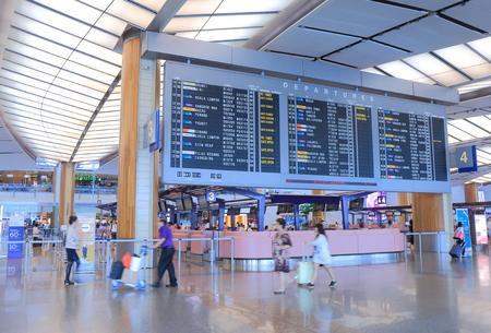 싱가포르, 싱가포르 - 2014년 5월 29일는 여행자 싱가포르에서 현대 창이 공항에서 체크인