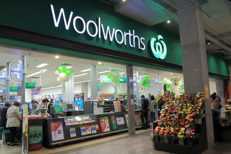 멜버른 호주 - 2014년 8월 23일 : 울 워스 슈퍼마켓에서 사람들이 가게