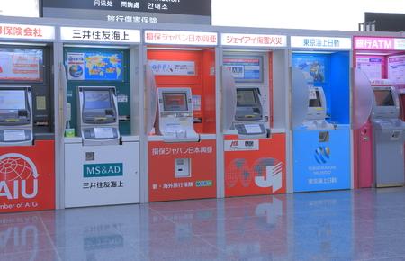 나고야 일본 - 9 월 (27) : 2014 년 나고야 센트 레아 공항에서 일본어 ATM 현금 지급기 에디토리얼