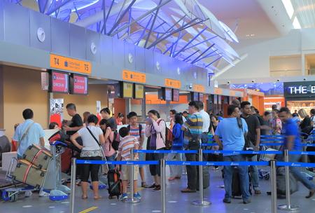 fila de personas: Kuala Lumpur Malasia - 27 de septiembre 2014: La gente check-in en el aeropuerto internacional KLIA2