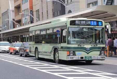 京都の四条通りの京都 - 2015 年 5 月 6 日: 京都市バス。 写真素材 - 41893794