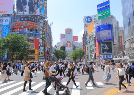 도쿄 일본 -2011 5 월 8 일 : 시부야 도쿄에서 교차하는 바쁜 시부야.
