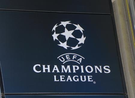 Tokio, Japón - 8 de mayo de 2015: signo de la UEFA Champions League. Editorial