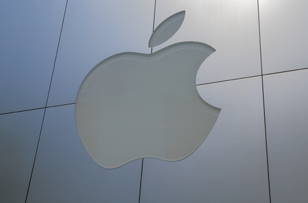 manzana: Tokio, Japón - 8 de mayo de 2015: la computadora de Apple. Editorial