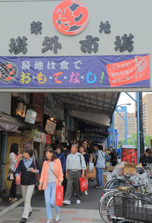 Tokyo Japan - May 9, 2015: People visit Tsukiji fish market in Tokyo. Reklamní fotografie - 41894057