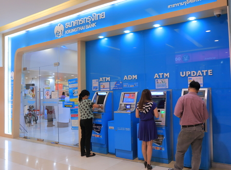 태국 방콕 - 2015년 4월 22일 : 사람들이 방콕에서 Krungthai 은행을 방문하십시오.