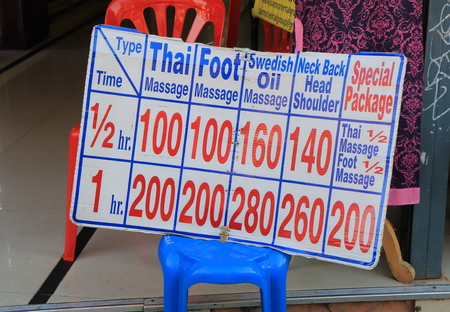 태국 방콕 -2010 년 4 월 21 일 : 방콕에서 태국 마사지 가격 목록. 에디토리얼