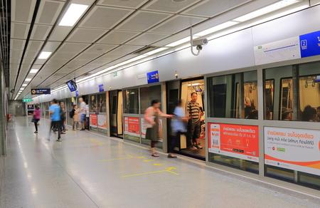 태국 방콕 -2010 년 4 월 22 일 : 사람들이 방콕에서 MRT 여행.