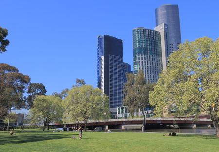 persone relax: Melbourne Australia - 26 Settembre 2015: Le persone si rilassano a Batman Park di Melbourne. Complesso Crown Casino in background.