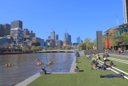 persone relax: Melbourne Australia - 26 SETTEMBRE 2015: La gente rilassarsi Southbank Melbourne. Editoriali