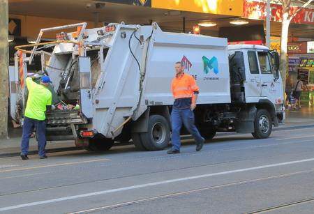 Melbourne Australia - 13 lutego 2016: Ludzie zbierają śmieci w centrum Melbourne. Publikacyjne
