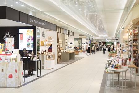 plaza comercial: Kanazawa Japón - 7 de octubre, 2016: La gente compra en el centro comercial Hkakubangai en la estación de tren de Kanazawa en Kanazawa Japón.