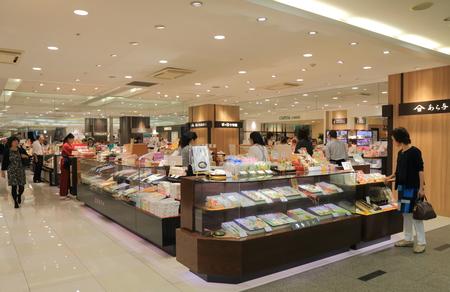가나자와 일본 - 2016년 10월 7일 : 사람들은 아트 리오 백화점 가나자와 일본에서 전통적인 일본 달콤한 음식 화과자 가게 에디토리얼