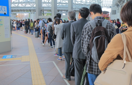 金沢駅バスターミナルで金沢日本 October18、2016: 不明の人がキューです。 報道画像