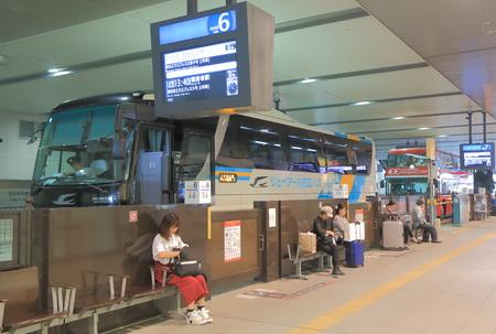 大阪の大阪バスターミナルで長距離バスの大阪 - 2016 年 10 月 18 日: 不明の人が待機。
