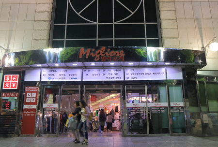 cdc4c47cf3d #73808811 - ソウル、韓国-2016 年 10 月 19 日: 身元不明者訪問ミリオレ ショッピング モール。ミリオレは韓国でデパートのチェーン衣類やファッションアクセサリーを  ...