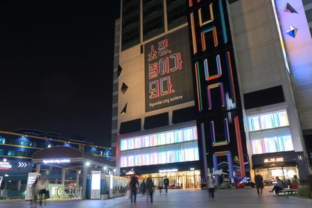 16e7e41421c #73808812 - ソウル、韓国-2016 年 10 月 19 日: 身元不明者訪問現代市アウトレット ショッピング モール。