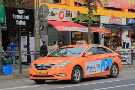 서울 - 2016 년 10 월 21 일 : 택시는 서울의 거리에 있습니다. 에디토리얼